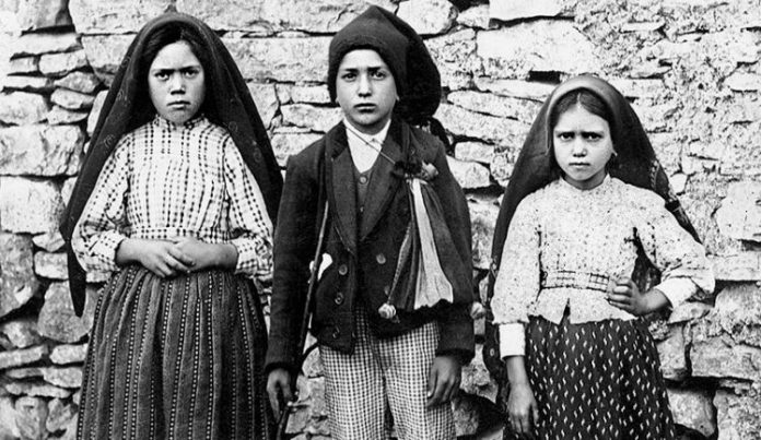The-Fatima-seers-Lucia-Santos-left-with-Blessed-Francisco-Marto-and-Blessed-Jacinta-Marto-696x403